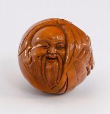 PETIT CHINOIS Ball Sculpture d'un Cheeky Wiseman in Light Tan bois