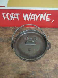 LODGE #5 Cast Iron Camp Dutch Oven 3 Leg Spider Kettle with Lid Cauldron Small