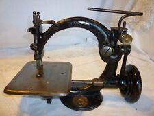 Ancienne petite MACHINE à COUDRE en fonte de 1857 ,  WILLCOX et GIBBS  (N° 439).
