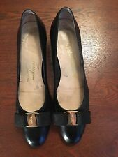 Authentic SALVATORE FERRAGAMO Vara Bow Black Leather Pump Size 8.5 A2 Gold Bow