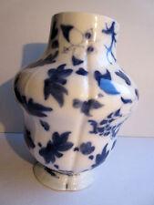 Gros vase en porcelaine de Bayeux Valentine décor japonisant bleu sur fond blanc