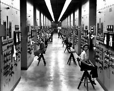 CALUTRON MASS SPECTROMETER OPERATORS AT PANELS IN 1944 - 8X10 PHOTO (BB-587)