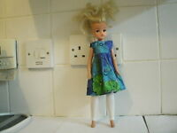 VINTAGE 1980's SINDY DOLL BLONDE HAIR DOLL PRETTY FLORAL DRESS & LEGGINS GEN 2