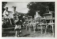 PHOTO ANCIENNE - VINTAGE SNAPSHOT - ENFANT MÈRE MODE JARDIN CHAISE-CHILD WALKING