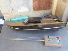 Ancienne maquette de canot de bassin en bois radiocommandé à compléter. 71 cm.