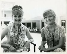 FLORENCE HENDERSON BRADY BUNCH WITH PRESS REPORTER ORIGINAL 1974 TV PRESS PHOTO