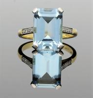 VINTAGE 18CT GOLD AQUAMARINE WITH DIAMOND SHOULDERS RING - 1977