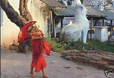 Postkarte: kleiner Mönch vor der Mahamuni Pagode, Burma