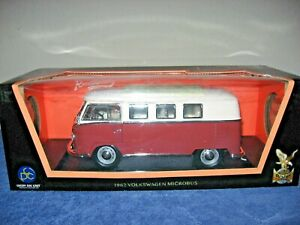 1962 VOLKSWAGEN MICROBUS RED/WHITE 1:18 ROAD SIGNATURE , HAS OPENING PARTS