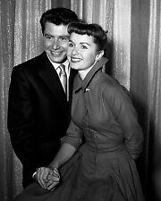 EDDIE FISHER AND DEBBIE REYNOLDS IN 1955 - 8X10 PUBLICITY PHOTO (ZY-689)
