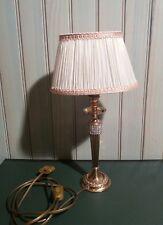 Une ancienne lampe de table