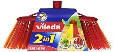 Detergenti e panni scope gialli per la pulizia e il bucato