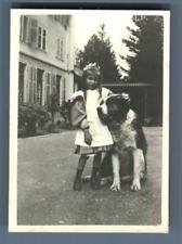 Schweiz, Ein Mädchen und ihr Hund Bernhardiner Vintage silver print. Switzerland