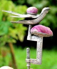ancien porte aiguilles a fixer sur un table en métal ciselé a décor d oiseau