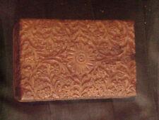 Jolie boite en bois sculptée finement à charnières mesurant 15 cm X 10 cm