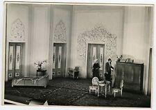 PHOTO Théâtre décor scénographie pièce personnages vers 1950
