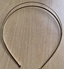 Un diseño de alambre doble de metal oro acabado ligero Alice Pelo Banda
