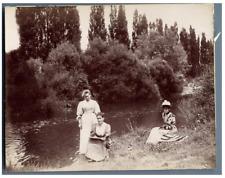 Groupe de femmes au bord de la rivière  Vintage citrate print.  Tirage citrate