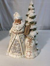 Enesco Jim Shore Heartwood Creek White Woodland Santa In Front Of Tree 10.6�
