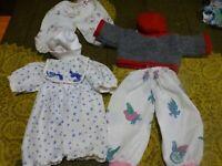 lot poupon 6    vétements garde-robe , un pull tricoté main vintage