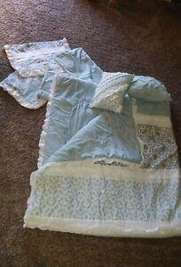Queen Size Comforter Set w/ Pillow Shams & 2 Decorator Pillows