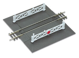 Peco Straight Level Crossing complete with 2 ramps and 4 gates OO Gauge ST-268