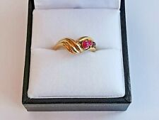 RUBY RED gemstone RING EN CABOCHON round three-stone 9ct yellow GOLD twist