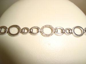 Schönes Silberarmband mit kleinen Diamanten