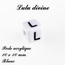Perle acrylique alphabétique de 10 x 10 mm, Blanc : Lettre L (Lot de 10 perles)