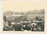 Foto Frankreich-Luftwaffe-Soldaten ,,Leben wie Gott in Frankreich`` 1940 (c308)