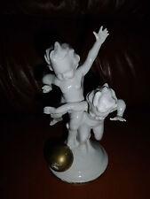 2 Kinder/Puttos mit Ball Porzellan Fgur  ALT!