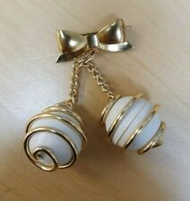 Christmas Bow and Balls White and Gold Broches/Pins- B1385