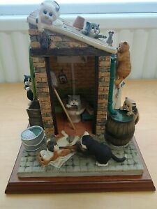 COMIC & CURIOUS CATS 'OUTSIDE PRIVY' LIMITED EDITION LINDA JANE SMITH SCULPTURE