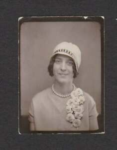 FLAPPER ERA PHOTO BOOTH WOMAN HAT PEARLS CORSAGE OLD/VINTAGE PHOTO SNAPSHOT- B65