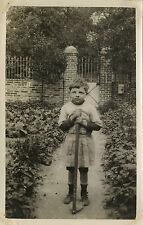 PHOTO ANCIENNE - VINTAGE SNAPSHOT - ENFANT JARDIN JARDINAGE TRISTE -CHILD GARDEN