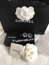 CHANEL CC Color Argento Round Crystal Piercing Orecchini Limited Edition NUOVO con scatola