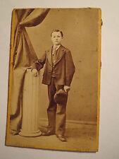 Wesel - stehender Junge im Anzug mit Mütze in Kulisse - Portrait / CDV