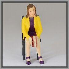 Dingler Handbemalte Figur Polyresin Spur 1 Frau sitzend, gelbe Jacke (100219-02)
