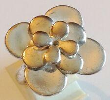 bague rétro argenté poli brillant  modèle fleur relief qualité taille 52  307