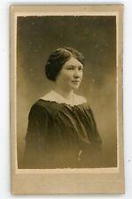 PHOTO CDV . Une jeune femme pose Ehertsen Épinal vers 1900