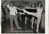 Georges Reich mit Ballettschülerinnen, Original-Photo von 1957