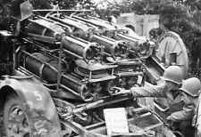 """WW2 - Lance-roquettes """"Nebelwerfer"""" allemand examiné par les soldats américains"""