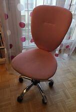 Chaise de bureau rose à roulettes