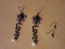 Lange bronskleurige oorbellen met roos oudroze bloem en Love NIEUW
