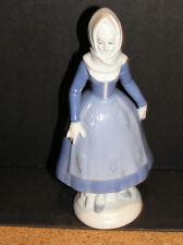 Porzellan Porzellanfigur DDR Figur Frau im Kleid Tracht alt blau weiß defekt
