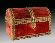 Velvet and metal chest. 17th century.
