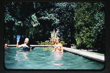 Década de 1950 Mujer en piscina con aletas, diapositiva Original de 35mm a22b