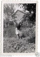 Jeune femme jardin jardinage potager - photo ancienne snapshot an.1940