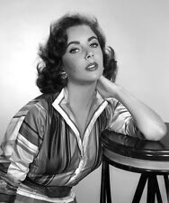 Elizabeth Taylor UNSIGNED photo - B3256 - GORGEOUS!!!!
