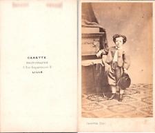 Carette, Lille, Petit garçon bouclé tenant un chapeau Vintage CDV albumen carte